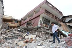 壊れた建物の中を歩く男性。