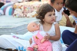 避難所に身を寄せる子ども。