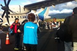 エクアドルの地震被災地へ向かうユニセフのスタッフ。