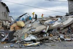 エクアドルで発生した地震によって倒壊した建物。