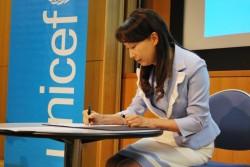 ユニセフ・アジア親善大使の任命状に署名するアグネス大使。