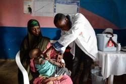 保健センターで予防接種を受ける子ども。(ソマリア)