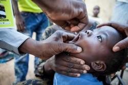 ポリオの予防接種を受ける子ども。(マリ)