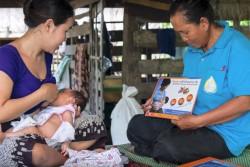 ボランティアから母子の健康を守るために重要な情報を聞くパさん。