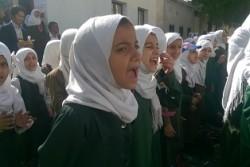 朝礼で劇を演じる子どもたち。劇は、子どもたちが暴力や紛争の経験を乗り越えるための心のケアの活動の一つ。