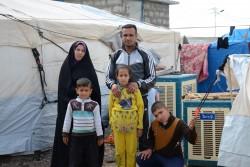 クォラトゥー避難民キャンプの自宅テントの前に立つラフマーンさんとファティマさん。
