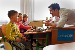 紛争の影響を受ける東部ウクライナにある学校を訪れたオーランド・ブルーム親善大使。
