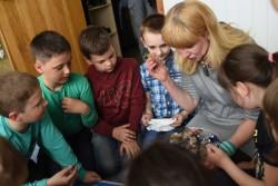紛争の影響を受ける東部ウクライナにある学校で、心のケアを受ける子どもたち。