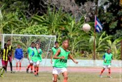 試合をするジョアナさんのチーム。男の子も女の子も、障がいのある子どもも一緒になってサッカーをプレーする。