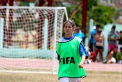 試合をするジョアナさん。ジョアナさんは1年前までは、サッカーをしたこともなかった。