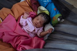 避難所でお昼寝をする、地震の数時間前に生まれた赤ちゃん。