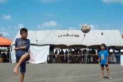 ユニセフが支援する避難所で遊ぶ子どもたち。