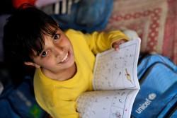 ユニセフが支援する学校で授業を受ける男の子。(パキスタン)