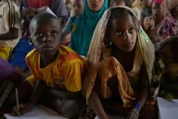 避難民キャンプにある学習スペースでノートをとる子どもたち(中央アフリカ共和国)。
