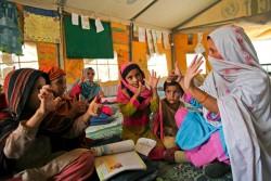 避難所の学校で算数の授業を受ける子どもたち。(パキスタン)