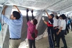 熊本第二高校の先生や熊本県ユニセフ協会のボランティアのみなさんの手で組み立てられるユニセフ学校用テント