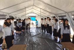 「ここで授業受けてみたいかも(笑)」テントの中を見学する生徒たち