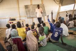 ナイジェリア難民のためのチャドの仮設の学習センターで学ぶ子どもたち。