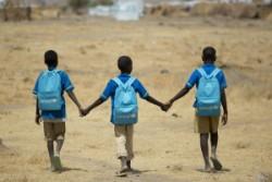 カメルーン北部の難民キャンプにある学校から歩いて家に戻る子どもたち。ナイジェリア北東部でのボコ・ハラムの暴力により、多くの人々が避難を強いられている。