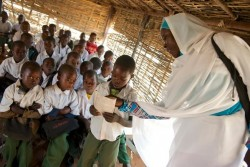授業を受ける生徒たち。(スーダン)