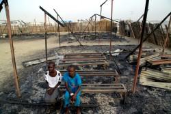 マラカルの文民保護区にある破壊された学校の椅子に座る子どもたち。(南スーダン)