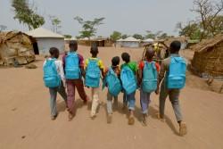 中央アフリカ共和国の難民が暮らす、カメルーン東部の難民キャンプで、ユニセフが支援する学習スペースに通う子どもたち。