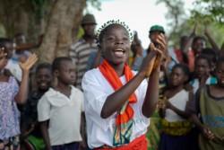 平和構築に関する劇を演じるジャネットさん(14歳)。ジャネットさんが暮らす地域では民族間で不和が生じており、ユニセフの支援のもと、平和構築プログラムが実施されている。