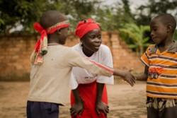 劇を演じ、2人の少年が平和的に和解できるように見守るジャネットさん。ユニセフの支援を受け、ジャネットさんが通う学校でも、平和構築の活動が行われている。