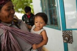 保健センターを訪れた赤ちゃん。この保健センターを訪れる多くの子どもたちは栄養不良に陥っている。