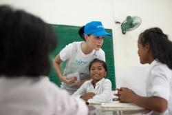 障がいのある子どもたちや少数民族の子どもたちが通うニントゥアン省のデイケアセンターを訪問したケイティ・ペリー大使。