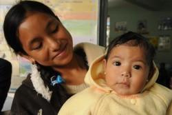 保健センターを訪れた母親と子ども。