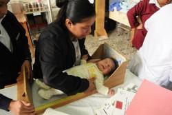 保健所行われる定期検診で、身体測定を行う赤ちゃん。