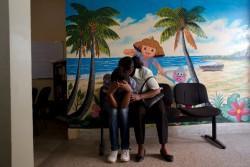 ユニセフが支援する病院の支援センターで、カウンセリングの順番を待つ17歳の少女と母親。少女はオンラインで出会った男性に連れ去られ、性的虐待を受けた。(マダガスカル)
