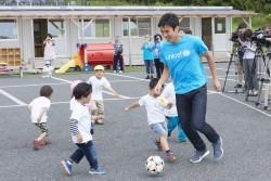 ボールで遊ぶ、長谷部選手とあさひ幼稚園の子どもたち。