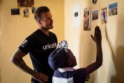 HIVと共に生きる栄養不良の子どもたちをサポートする『7(セブン):デイビッド・ベッカム・ユニセフ基金』の支援を受ける14歳の少年と面会したベッカム大使。