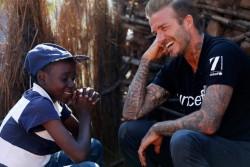 HIVと共に生きる栄養不良の子どもたちをサポートする『7』基金の支援を受ける14歳の少年と面会したベッカム大使。