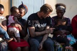 HIVと共に生きる栄養不良の子どもたちをサポートする『7』基金の支援を受ける子どもたちや母親と面会したベッカム大使。