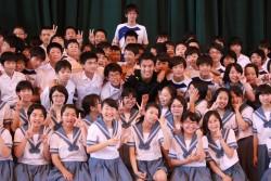 御船町立御船中学校を訪問した長谷部選手と、笑顔があふれる子どもたち。