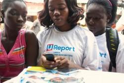U-Reportを使ってエボラ出血熱の啓発活動を行う若者たち。(リベリア)