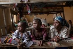 ボコ・ハラムに国内避難民施設に身を置く家族。