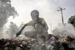 仕事をしているため学校に通うことができない国内避難民の男の子。(ナイジェリア)