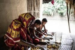 食事をする親子。5歳の男の子(右端)は栄養不良と診断された。母親は基本的な食糧を手に入れることができていない。(バングラデシュ)