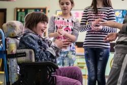 小学校に通う、障がいのある3年生の女の子(セルビア)。