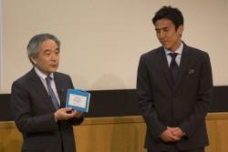 長谷部選手の長年のサポートに対して感謝の意を述べる日本ユニセフ協会の早水専務理事。