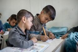 バハルカ難民キャンプにある学校で絵を描く子どもたち。