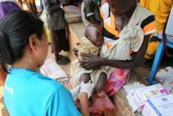 西バハル・アルガザール州ワウで勃発した戦闘から避難してきた親子。国内避難民が身を寄せる避難所では子どもたちの栄養状態の検査や予防接種など、命を守る支援が強化されている。