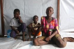 6月24日に突如発生した戦闘から逃れ、弟2人と避難所に身を寄せるネダルくん(15歳)。両親と離れてしまった。(南スーダン・ワウ)