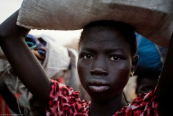 2016年3月にユニセフがWFPと合同で行った即応ミッションにより、食糧を受け取った南スーダンの女の子。 ※本文との直接の関係はありません。