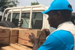 避難民の人々に支援物資を届けるため、ユニセフの倉庫からトラックに物資を載せるスタッフ
