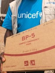 南スーダンの避難民の人々に届けられる、ユニセフの支援物資(高カロリー補助食)
